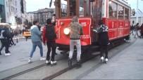 TAKSIM - (Özel) Patenli Gençlerin Tehlikeli Tramvay Yolculuğu