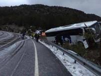 DİREKSİYON - Antalya'da Yolcu Otobüsü Yoldan Çıktı