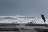 ŞİDDETLİ YAĞIŞ - Kumluca'da Dev Dalgalar Sahili Dövdü