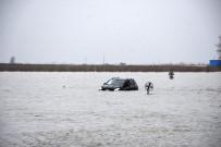 Otomobil Göle Dönen Yolda Mahsur Kaldı