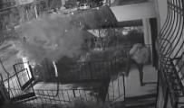 GÜVENLİK KAMERASI - (Özel) Apartmana Abone Olan Ayakkabı Hırsızı Kameraya Yakalandı
