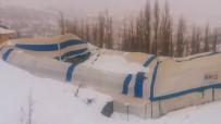 Yoğun Kar Yağışından Halı Sahanın Çatısı Çöktü