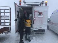 Yolda Mahsur Kalan Aile Paletli Kar Ambulansı İle Kurtarıldı