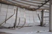 Yüksekova'da Kar Ağırlığına Dayanamayan Çatı Çöktü
