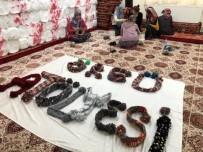 Yurtta Kalan Liseliler Kar Tatilinde Minik Öğrenciler İçin Atkı Ördü