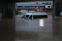 SAĞANAK YAĞIŞ - Adana'da Servis Aracı Suya Gömüldü, Mahsur Kalan İşçiler Kurtarıldı