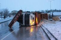 SAĞANAK YAĞIŞ - Başkent'te Buzlu Yolda Tuzlama Aracı Devrildi