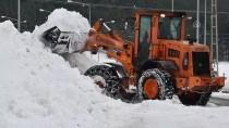Çatıdan Düşen Kar Ve Buz Kütlesi Araçlara Zarar Verdi