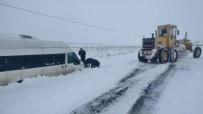 İŞ MAKİNESİ - Karda Mahsur Kalan 7 Kişi Kurtarıldı