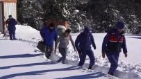 İŞ MAKİNASI - Karda Mahsur Kalan Bekçiyi, Jandarma Ve Belediye Ekipleri Kurtardı