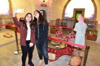ZİYARETÇİLER - Müzede Selfie Gününe Gençlerden Yoğun İlgi