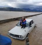 SAĞANAK YAĞIŞ - Otomobilinin Üzerine Çıkıp Kurtarılmayı Bekledi