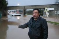 SAĞANAK YAĞIŞ - Servis Suya Gömüldü, İşçiler Mahsur Kaldı