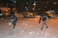 KAR YAĞıŞı - Yoğun Kar Yağışı Vatandaşlara Eğlenceli Dakikalar Yaşattı