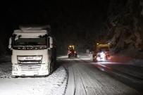 ZIGANA - Zigana Geçidi'nde Kar Yağışı Ve Tipi Etkili Oluyor