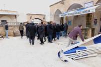 Cenaze Namazı Kılan Cemaatin Üzerine Tente Düştü