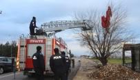 Fırtınada Uçan Dev Türk Bayrağı Ekipleri Seferber Etti