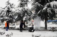 Kaldırımlar, Kar Temizleme Aracıyla Temizleniyor