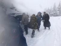 Karda Mahsur Kalan Anne İle Bebeğini Jandarma Kurtardı