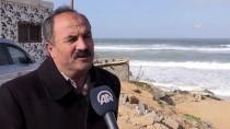 GAZZE - Mısır Balıkçı Teknesi Gazze Sahillerine Sürüklenip Parçalandı