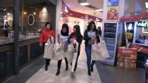 Öğrenciler Diktikleri Bez Çantaları Vatandaşlara Dağıttı