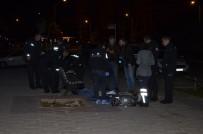 POLİS EKİPLERİ - Adana'da 1 Kişi Kaldırımda Ölü Bulundu