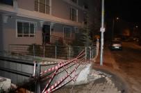 FAHRİ KORUTÜRK - Başkent'te İstinat Duvarı Çöktü Açıklaması İki Bina Boşaltıldı