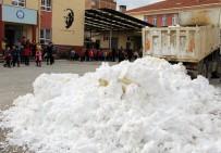 Çocuklara Kamyonlarla Kar Getirip Karne Verdiler