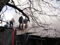 Elazığ'da Yangın, İki Evin Çatısı Zarar Gördü