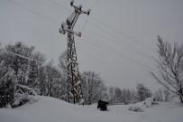 KARAYOLLARI - Elektrik Hizmeti Sunmak İçin Kar Ve Fırtına İle Mücadele Ediyorlar