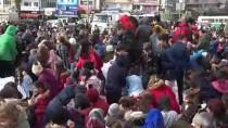 CUMHURİYET MEYDANI - İzmirli Çocuklara Kar Sürprizi