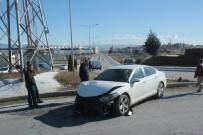 TİCARİ ARAÇ - Manavgat'ta Trafik Kazası Açıklaması 3 Yaralı
