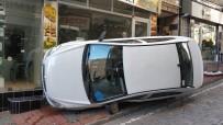 VİTRİN - Otomobilin Kaldırıma Çıktığı Kazada Kendini Yere Atan Yaya Yaralandı