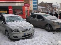 KARAYOLLARI - Sarıkamış'ta Çatıdan Düşen Kar Kütlesi Araçlara Zarar Verdi