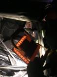 Tıra Çarpıp Araçta Sıkışan Yaralı Sürücüyü İtfaiye Kurtardı