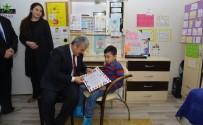 Vali Akın,  Engelli Çocuğa Karnesini Evinde Verdi