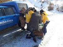 Jandarma, Yaşlı Hastayı 2 Kilometre Sedyede Taşıdı