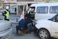 Polis Otosuna Çarpıp Kaçan Sürücü, Trafiği Birbirine Kattı