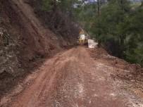 Kumluca'da Heyelan Nedeniyle Kapanan Mahalle Yolları Ulaşıma Açıldı