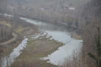 Irmaktaki Çuvallar Mahalleliyi Tedirgin Etti