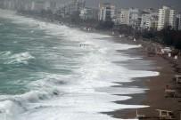 ALTıNKUM - Antalya'da Fırtına Dev Dalgalar Oluşturdu