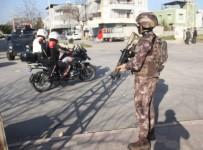 Mahalleyi Kuşatan Polis Uyuşturucu Aradı, Emniyet Müdürü Havadan Takip Etti