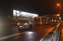 EDIRNEKAPı - Metrobüs Yoluna Giren Şahsa, Metrobüs Çarptı Açıklaması 1 Yaralı