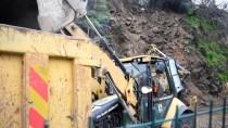 AKÇAALAN - Yamaçtan Kopan Kaya Parçaları Karayolunu Kapattı