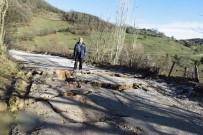 ÇÖMLEKÇI - Biga'da Çömlekçi İle Karaağaç Köyü Arasındaki Yol Çöktü