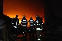 ULUKENT - İzmir'de Alevli Gece Açıklaması Fabrikalar Yanıyor