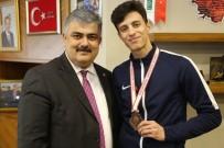 TEKVANDO - Başkan Özgüven, Başarılı Sporcuyu Ödüllendirdi