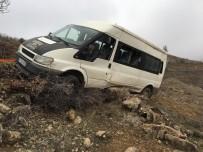 Kaza Yapan Minibüsün Uçurumdan Yuvarlanmaması İçin İplerle Ağaca Bağladılar