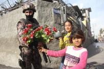 Uyuşturucu Operasyonuna Giden Polisi Çocuklar Çiçekle Karşıladı