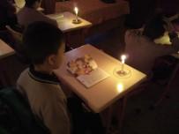Minik Öğrenciler Mum Işığı Eşliğinde Kitap Okuyor